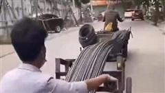 Clip: 2 người đàn ông chơi 'rồng rắn lên mây' lao vun vút trên đường phố, dân tình kinh hãi thảng thốt 'bán mạng là thế này đây'