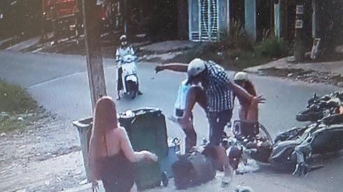 [Clip] Người đàn ông đạp tới tấp vào mặt, đầu nữ sinh sau va chạm giao thông