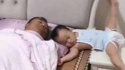 Bố xung phong dỗ con ngủ, mẹ vào phòng nhìn cảnh tượng 2 cha con mà giận 'tím người'