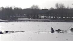 Nghẹt thở xem giải cứu cậu bé rơi xuống hồ nước đóng băng
