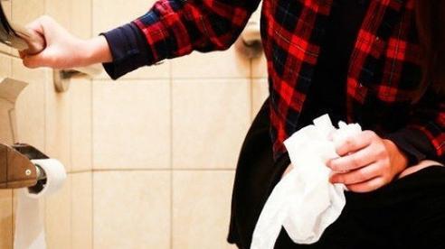 4 ngày liên tiếp bị táo bón, cô gái được đồng nghiệp phát hiện ngất xỉu trong nhà vệ sinh