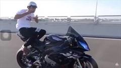 Vừa ăn vừa lái xe phân khối lớn trên cao tốc, Youtuber bị dân mạng 'ném đá'