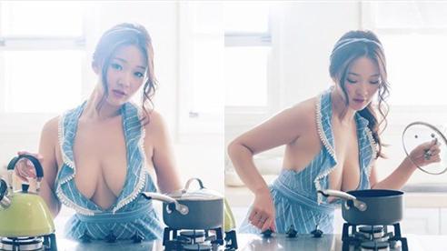 Chỉ mặc tạp dề không nội y lên sóng nấu súp, cô nàng Youtuber khiến người xem ngẩn ngơ, theo dõi không chớp mắt