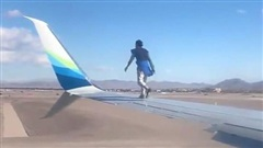 Người đàn ông liều lĩnh leo lên cánh máy bay khi phi cơ chuẩn bị cất cánh