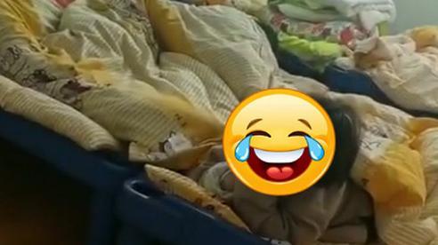 Cô giáo đi kiểm tra phát hiện học sinh không chịu ngủ trưa, định lại nhắc nhở thì ôm bụng cười vì cảnh tượng trước mắt