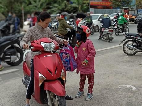 Hà Nội xuống 11 độ C, học sinh co ro đi học trong giá rét