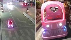 Nữ nhân viên 'thản nhiên' lái xe ô tô đồ chơi giữa đường phố đông đúc