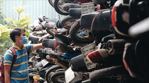 Cận cảnh hàng trăm xe máy bị chủ nhân 'bỏ rơi', chất cao như núi ở bến xe lớn nhất Sài Gòn