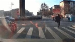 Người đàn ông dũng cảm chặn xe 'không người lái' cứu cụ ông và bé trai