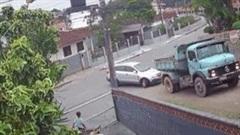 Màn lùi xe siêu khéo tránh xe tải trôi dốc lao vào nhà dân