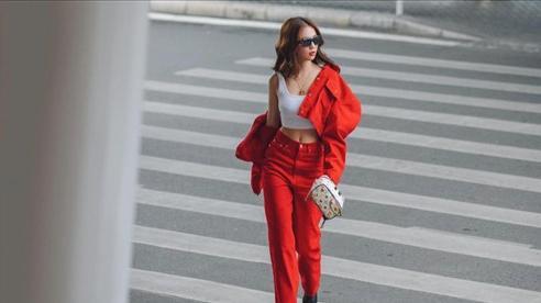 Ngọc Trinh ngầm khoe body xuất sắc trong set đồ đỏ năng động hậu Giáng Sinh