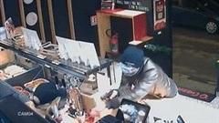 70 giây, tên cướp lạnh lùng cuỗm túi tiền rồi biến mất