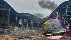 Xưởng gỗ hàng trăm mét vuông ở quận 9 bị lửa thiêu rụi