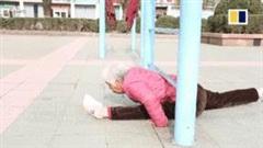 Cụ bà 82 tuổi gây sốt giới trẻ nhờ biệt tài uốn dẻo, kéo giãn cơ