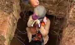 Video cận cảnh giải cứu một phụ nữ rớt xuống giếng sâu 15m