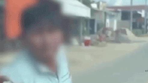 CLIP: Ma men tay không đấm vỡ kính ô tô, đòi 'tung cước' xử tài xế