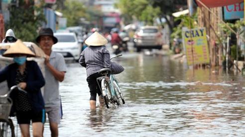 Triều cường dâng cao, nhiều nhà dân ở TP. Thủ Đức ngập sâu gần 1m