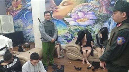 71 nam, nữ làm bậy tập thể trong khách sạn