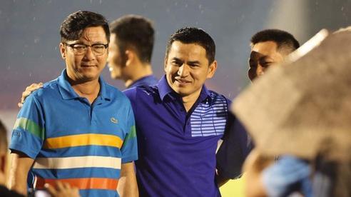 CLIP: Sức khỏe còn yếu, HLV Lê Huỳnh Đức vẫn đội mưa xuống sân chào HLV Kiatisuk