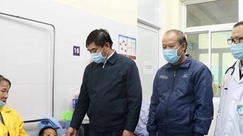 Điều tra vụ đổ thiết bị thi công xây dựng làm bốn trẻ thương vong