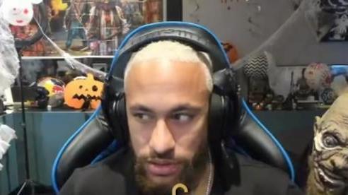 Neymar sợ xanh mặt vì bị dọa ma trong khi livestream game