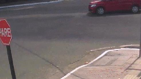 Nữ 'ninja' va chạm với ô tô và pha biến mất trong tích tắc khiến ai cũng tròn mắt ngạc nhiên