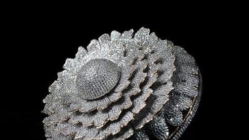 Cận cảnh chiếc nhẫn được đính tới 12.638 viên kim cương lóa mắt người nhìn