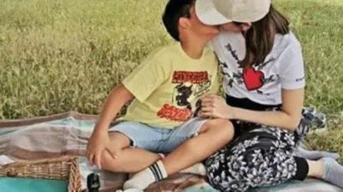 Khóa môi, thân mật quá mức như cách nàng hậu Lý Gia Hân làm cùng con trai liệu có phải là yêu thương con?