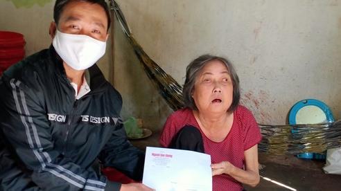Trao 5 triệu đồng cho cụ bà chống gậy ra Phú Quốc tìm con