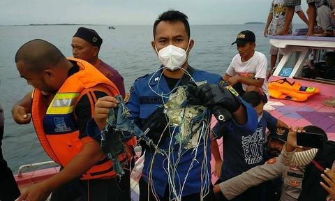 Chùm ảnh máy bay Boeing 737 chở 62 người rơi ngoài khơi Indonesia