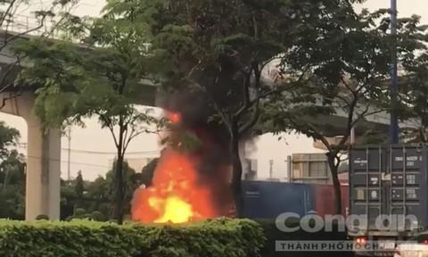 Đang chạy, xe container cháy rụi trên xa lộ ở Sài Gòn