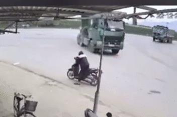 Ôm cua bất cẩn, tài xế 'tặng' cả chiếc lốp dự phòng cho người đàn ông đỗ xe máy bên đường