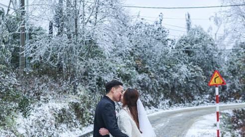 Y Tý chìm trong băng giá, giới trẻ trao nhau nụ hôn lãng mạn dưới mưa tuyết