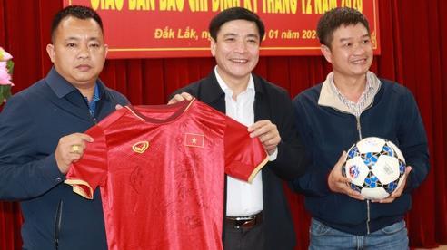 Bí thư Tỉnh ủy Đắk Lắk tặng bóng và áo có chữ ký của nhiều tuyển thủ quốc gia để làm từ thiện