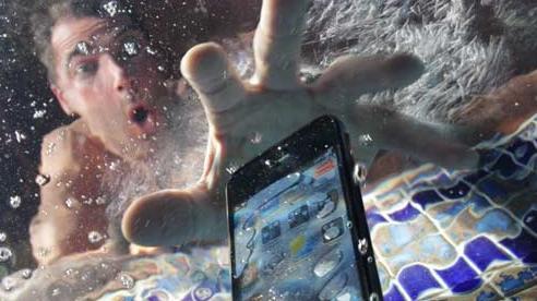 Đây là những việc bạn phải làm khi điện thoại bị rơi vào nước, tỷ lệ 'sống sót' rất cao!