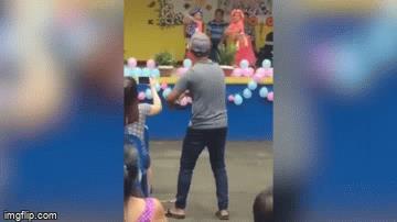 Video: Đứng cổ vũ cho con gái, bố không quên múa dẻo 'nhắc bài'