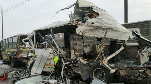 Xe tải hạng nặng đâm vào đoàn xe quân sự Nga, 46 người thương vong