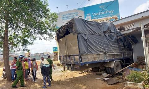 Xe tải chui tọt vào nhà dân ven công trường cầu vượt Dầu Giây