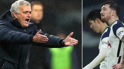 Mourinho nổi cơn tam bành với cầu thủ Tottenham