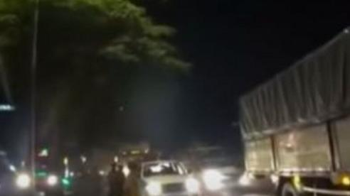 Ô tô chở thuốc lá lậu húc văng xe của cảnh sát để tẩu thoát