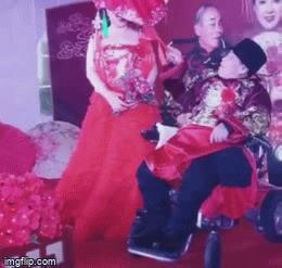 Cụ ông 80 tuổi, ngồi xe lăn vẫn cưới được vợ trẻ 38, ai cũng tò mò 'nơi tình yêu bắt đầu'