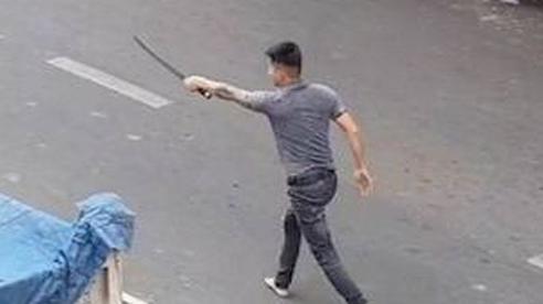 CLIP cầm hung khí đuổi đánh nhau trên đường ở Tân Phú, TP HCM