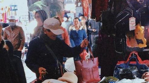 Cảm động hình ảnh người đàn ông bán hàng rong dành dụm chút tiền đi mua quà tặng vợ, món đồ tuy giá trị nhỏ nhưng mang bao ý nghĩa