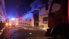 CLIP: Khói lửa bùng phát dữ dội ở Công ty may mặc Mỹ Nga giữa đêm khuya