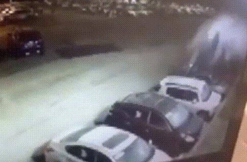 Nữ tài xế lái xe Audi đâm nát loạt ô tô đỗ ngoài đại lý Nissan