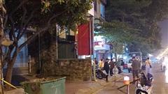 Hà Nội: Xót xa thai nhi được phát hiện bên cạnh thùng rác, bị ôtô cán qua