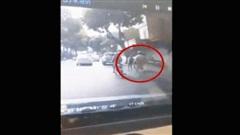 Bị CSGT chặn lại, thanh niên dắt xe chạy thục mạng và cái kết đỏ mặt giữa phố