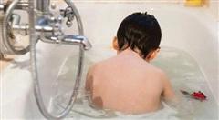 Cháu bé vô tình ngã vào xô nước tử vong