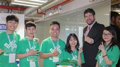 Sinh viên Đà Nẵng chế tạo thùng rác biết giải đáp thắc mắc của du khách
