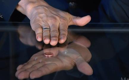 Giải mã màn ảo thuật làm đồng xu 'đi xuyên qua' lớp kính cứng xuống bên dưới
